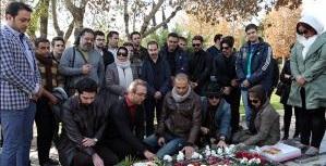 A KH2217 0 گزارش تصویری از حضور جمعی از هنرمندان موسیقی در مزار بابک بیات